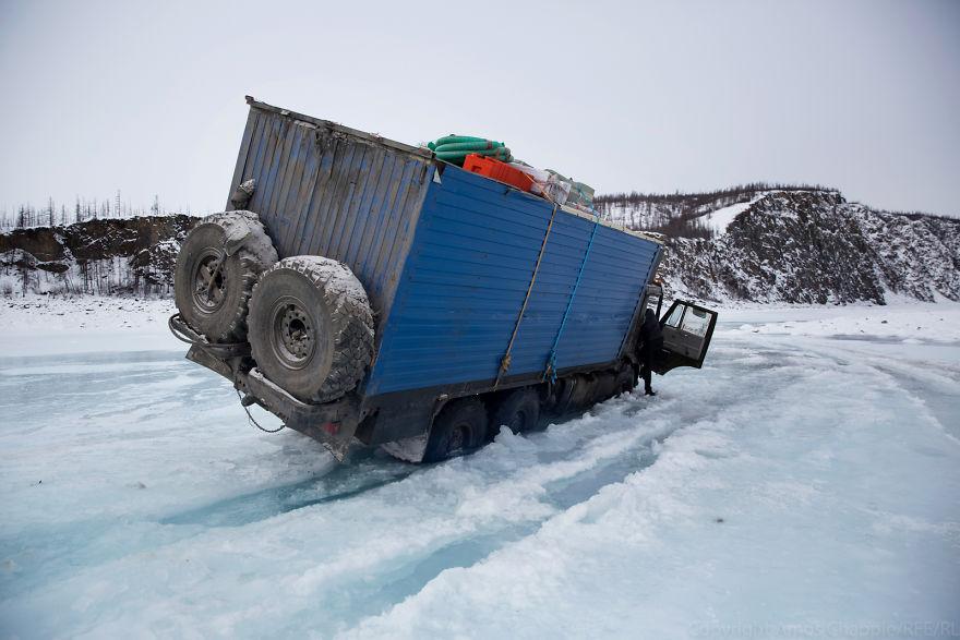 И тогда я услышал треск льда под колесами нашего грузовика. Я открыл дверь и выпрыгнул. Я пытался уб
