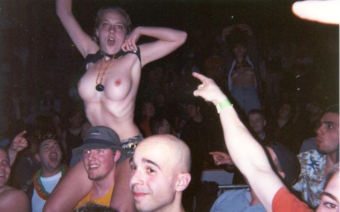 Топлесс девушки на концертах и фестивалях