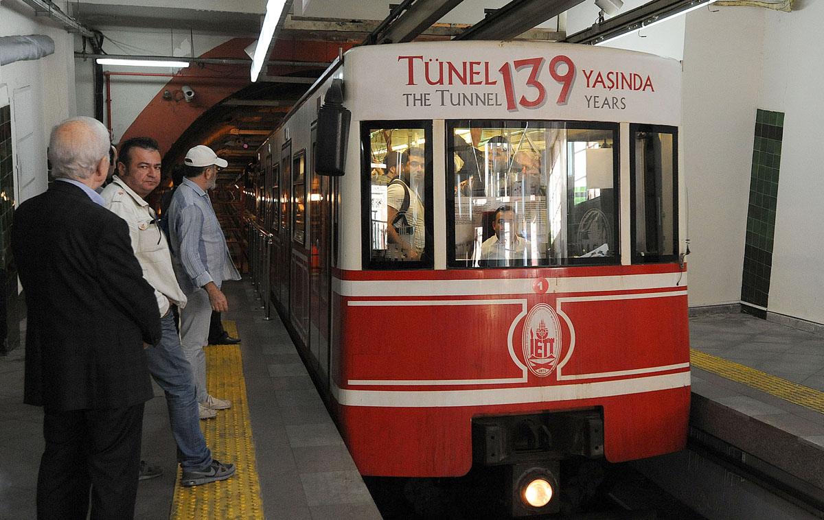 52. Построенное в 1875 году метро (а именно так здесь гордо называют эту транспортную линию) являетс