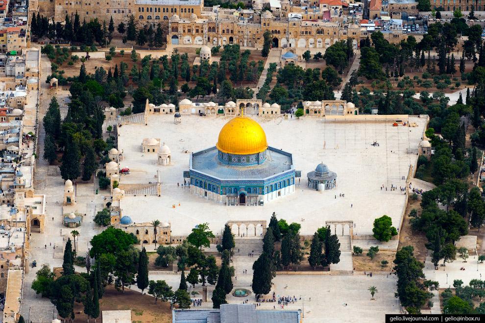 15. Накрытый куполом фрагмент скалы на месте Первого Храма является в то же время и иудейской святын