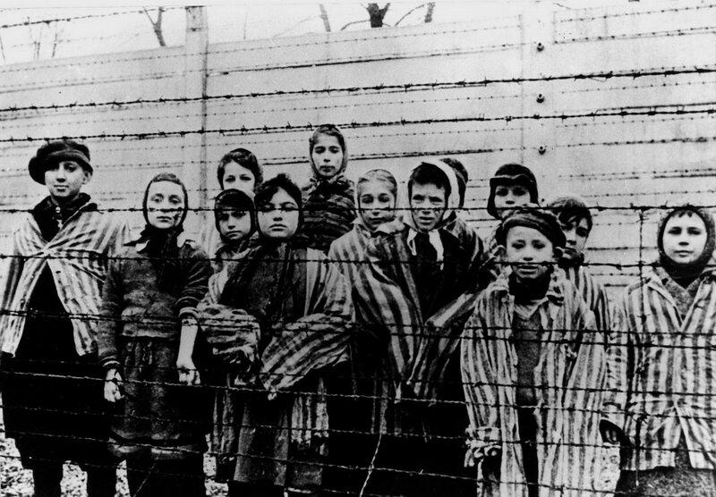 Группа детей, освобожденных из концлагеря Освенцим