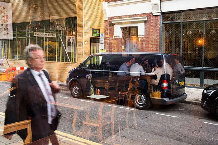 Ужинающие в микроавтобусе