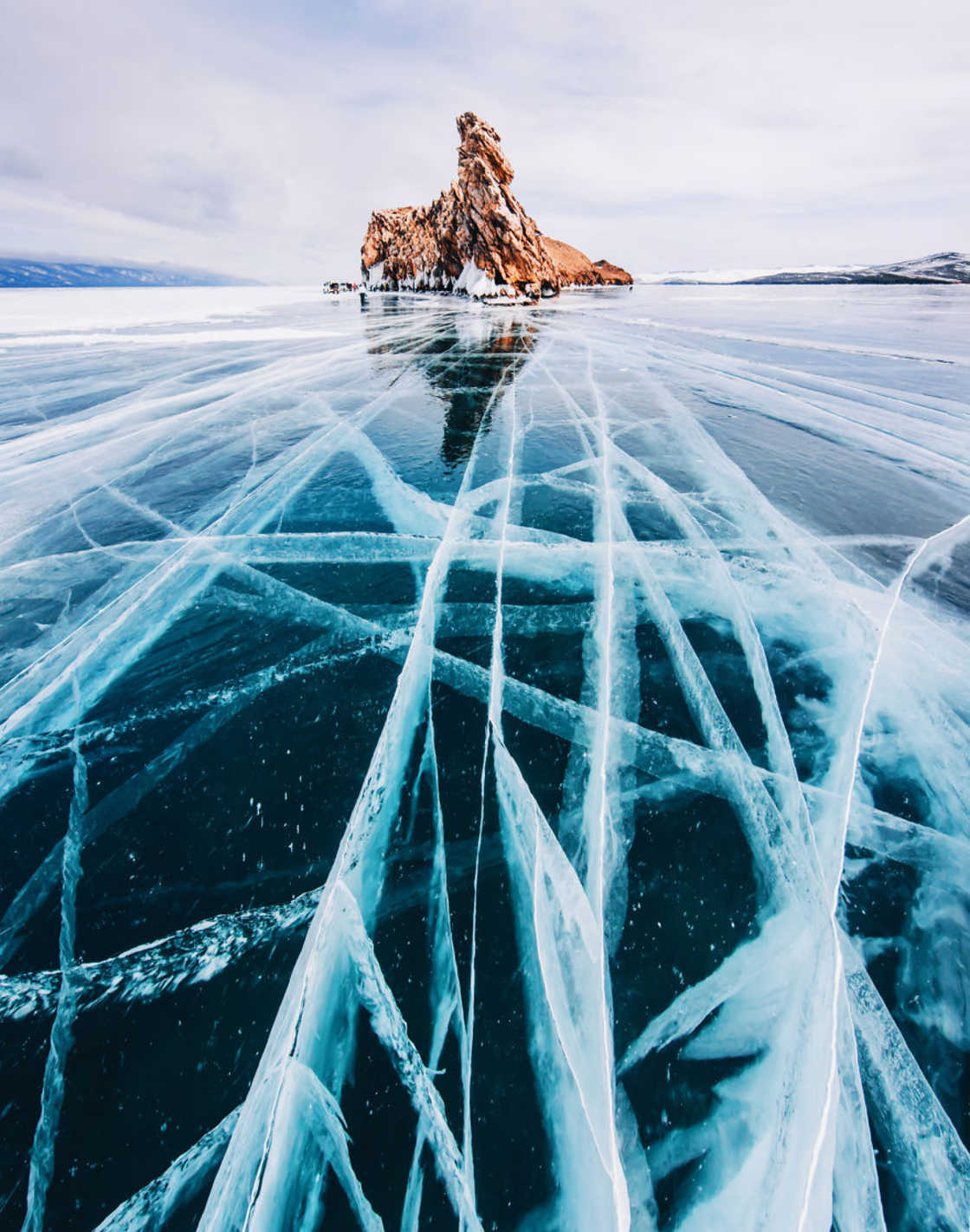 Frozen World – The impressive photos of Lake Baikal during winter (17 pics)