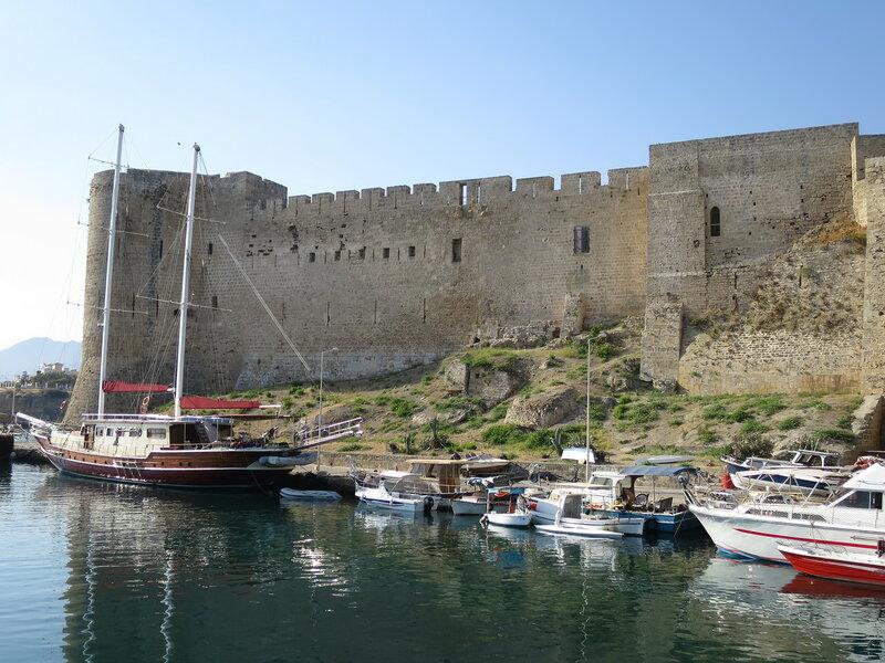 Общий вид на северную стену и внешние постройки при ней