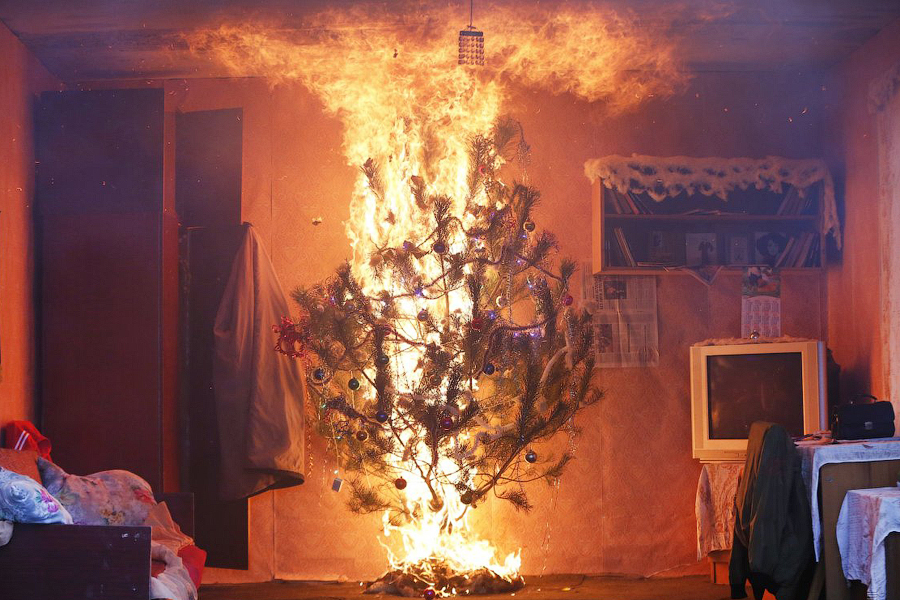 Как правильно тушить новогоднюю елку