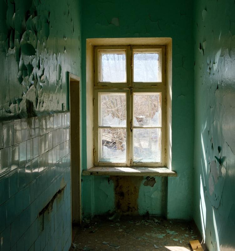 у окна заброшенной больницы