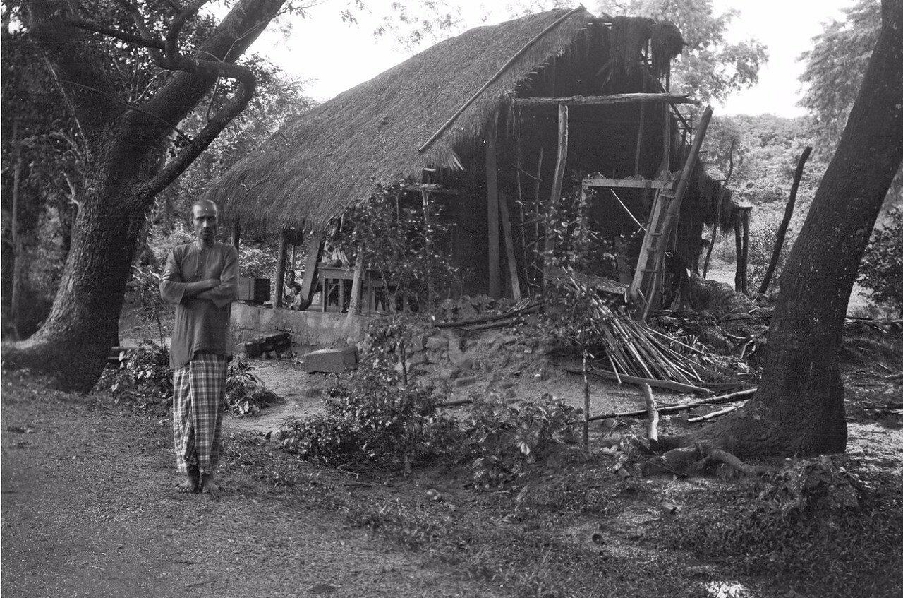51. Человек возле дома, разрушенного муссонными ветрами
