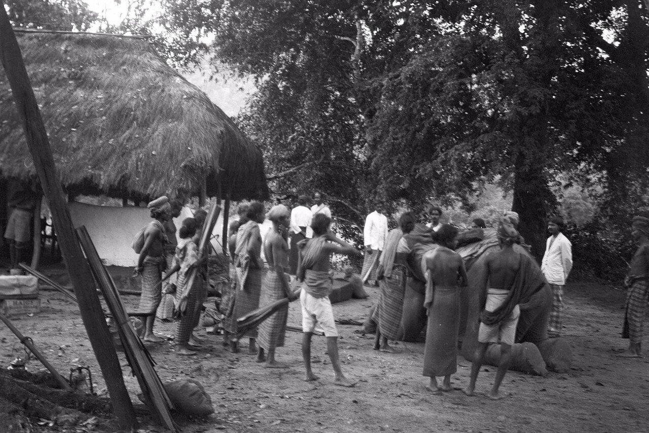 94. Погрузка вещей на слона в Нигале