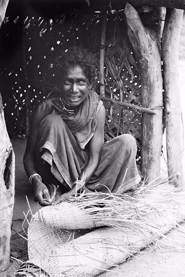 310. Калкуда. Женщина из прибрежных веддов плетет циновку