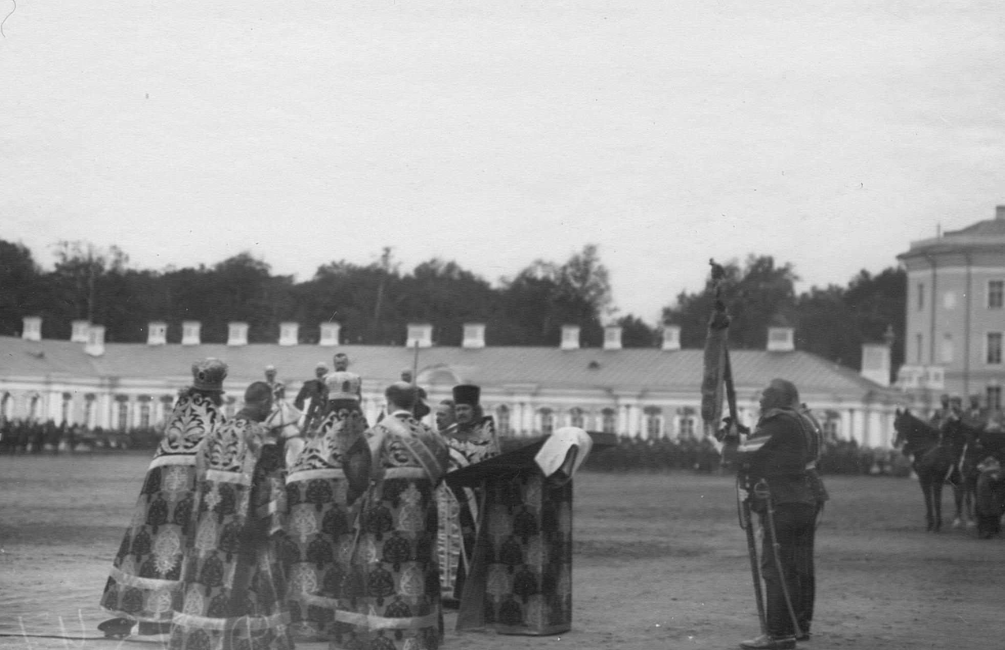Молебен на плацу перед Екатерининским дворцом во время парада Уланского Её Величества лейб-гвардии полка