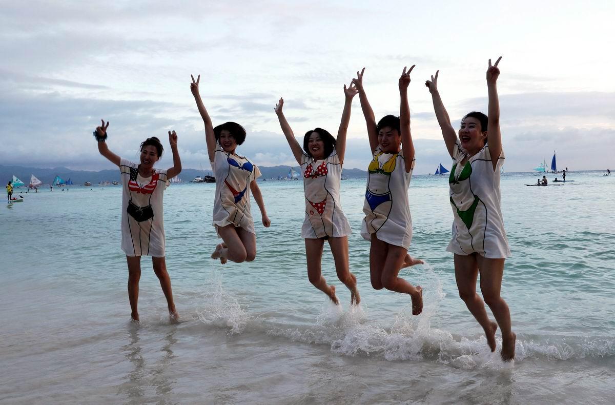 В нарисованных купальниках: Китаянки на филиппинском пляже