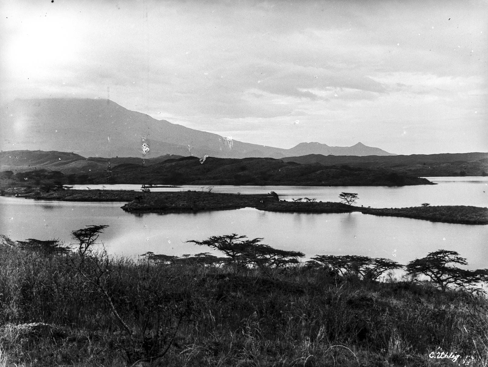 176. Озеро Натрон на востоке горы Меру
