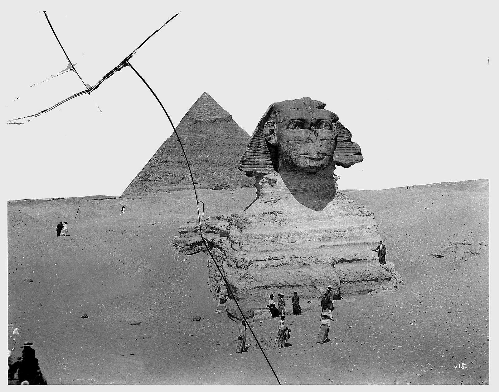 Гиза. Туристы перед Сфинксом и пирамидой Хеопса