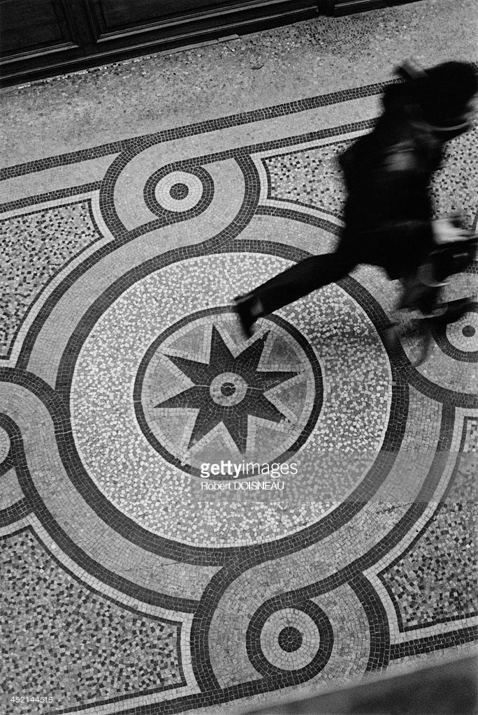 1981. Вид человека, идущего в галерее Вивьен
