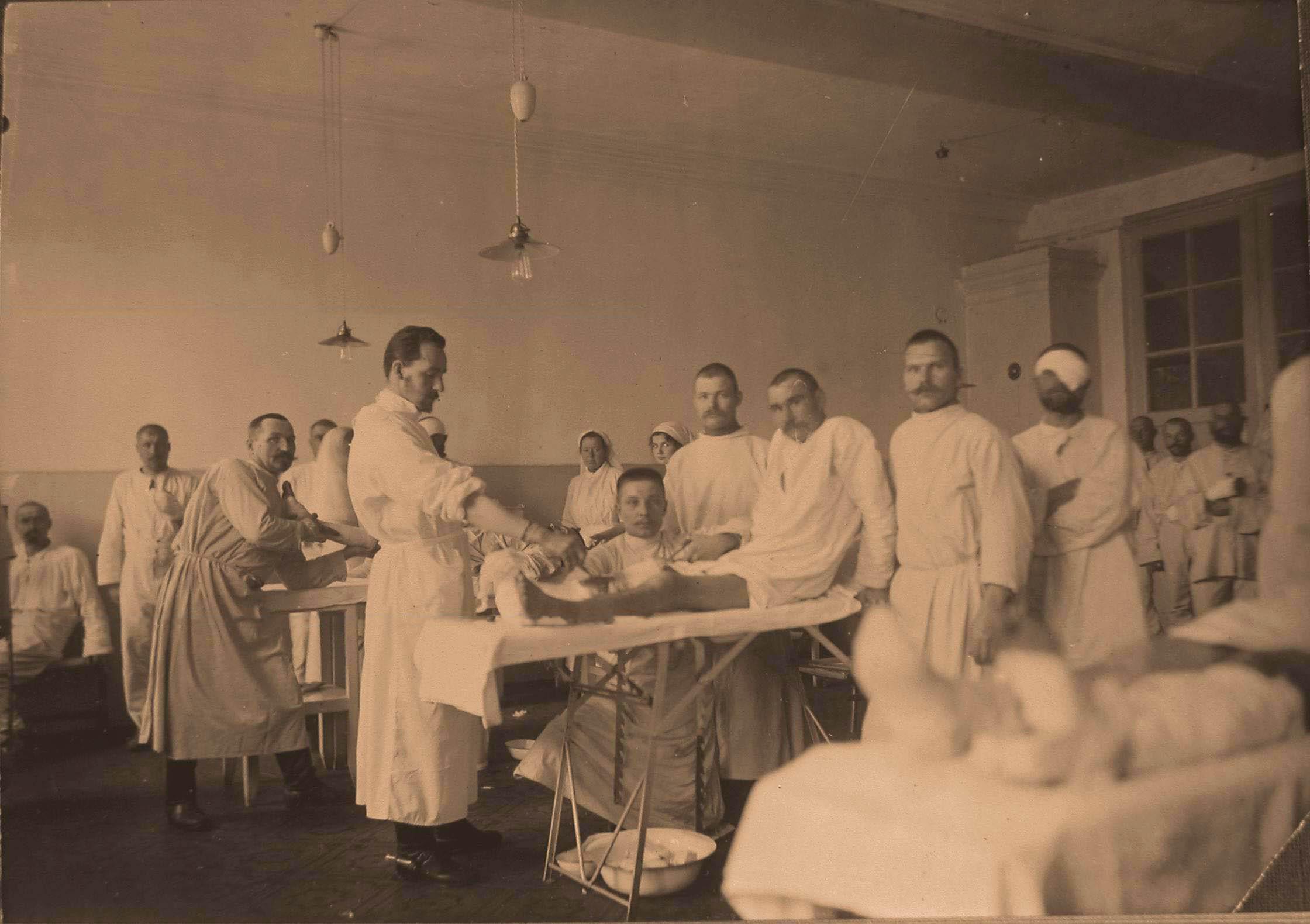 14. Раненые во время перевязки в перевязочной госпиталя