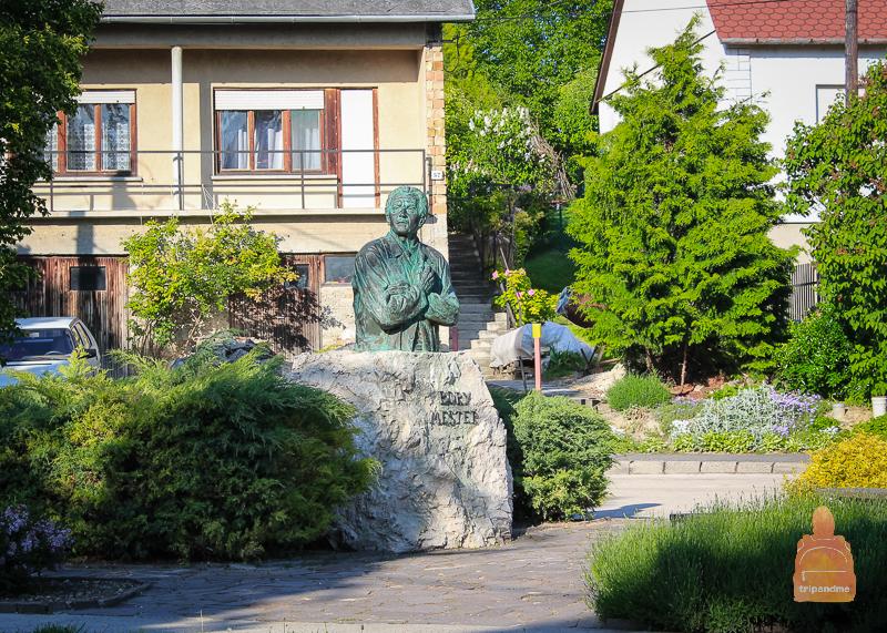 Памятник архитектору, построившему замок
