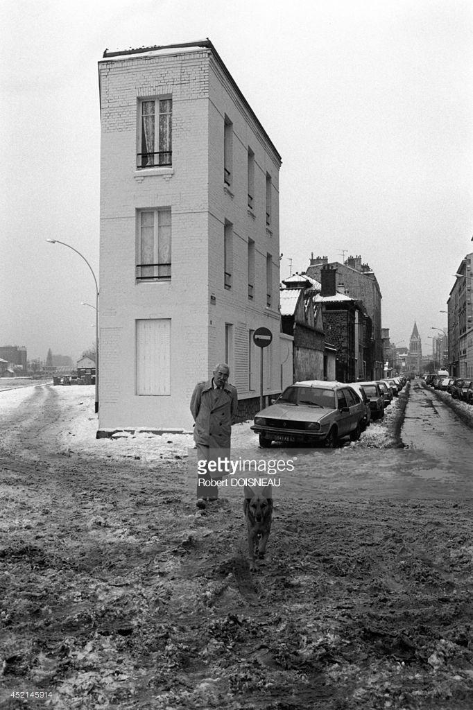 1987. Человек на улице со своей собакой в Сен-Дени