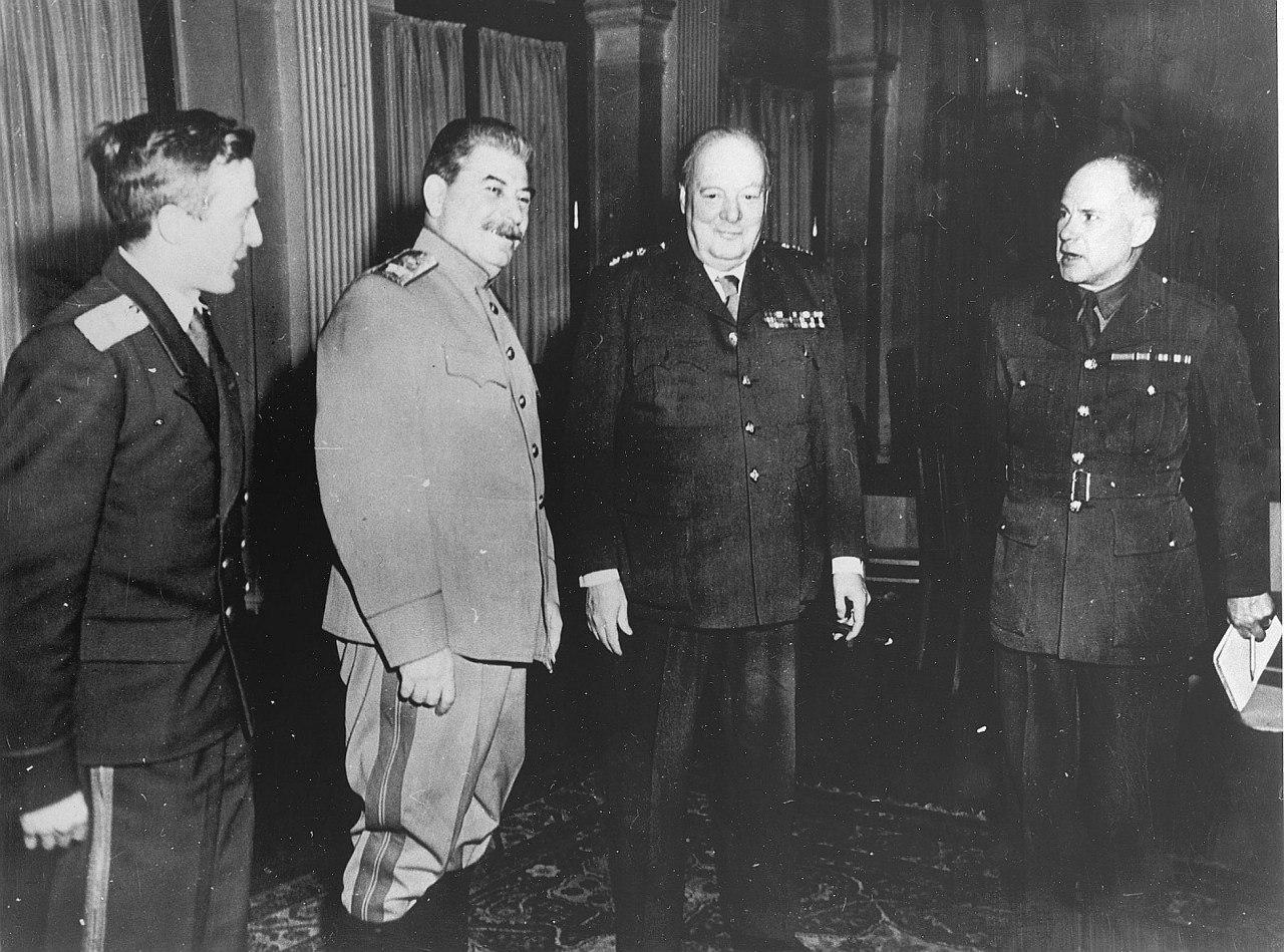 И.Сталин и У. Черчилль в кулуарах конференции
