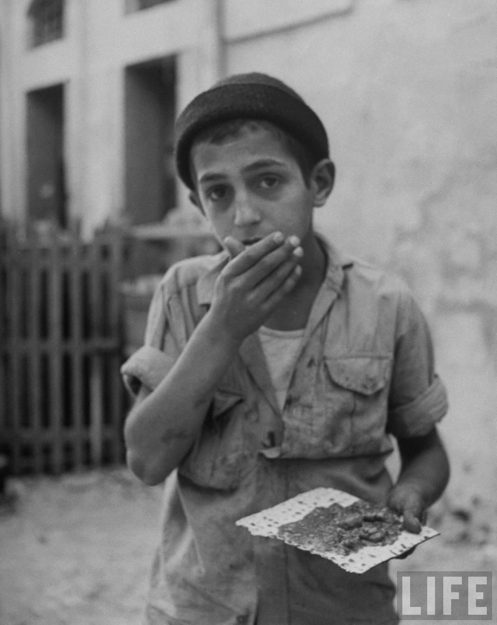 Еврейский мальчик ест мацу, Иерусалим, июнь