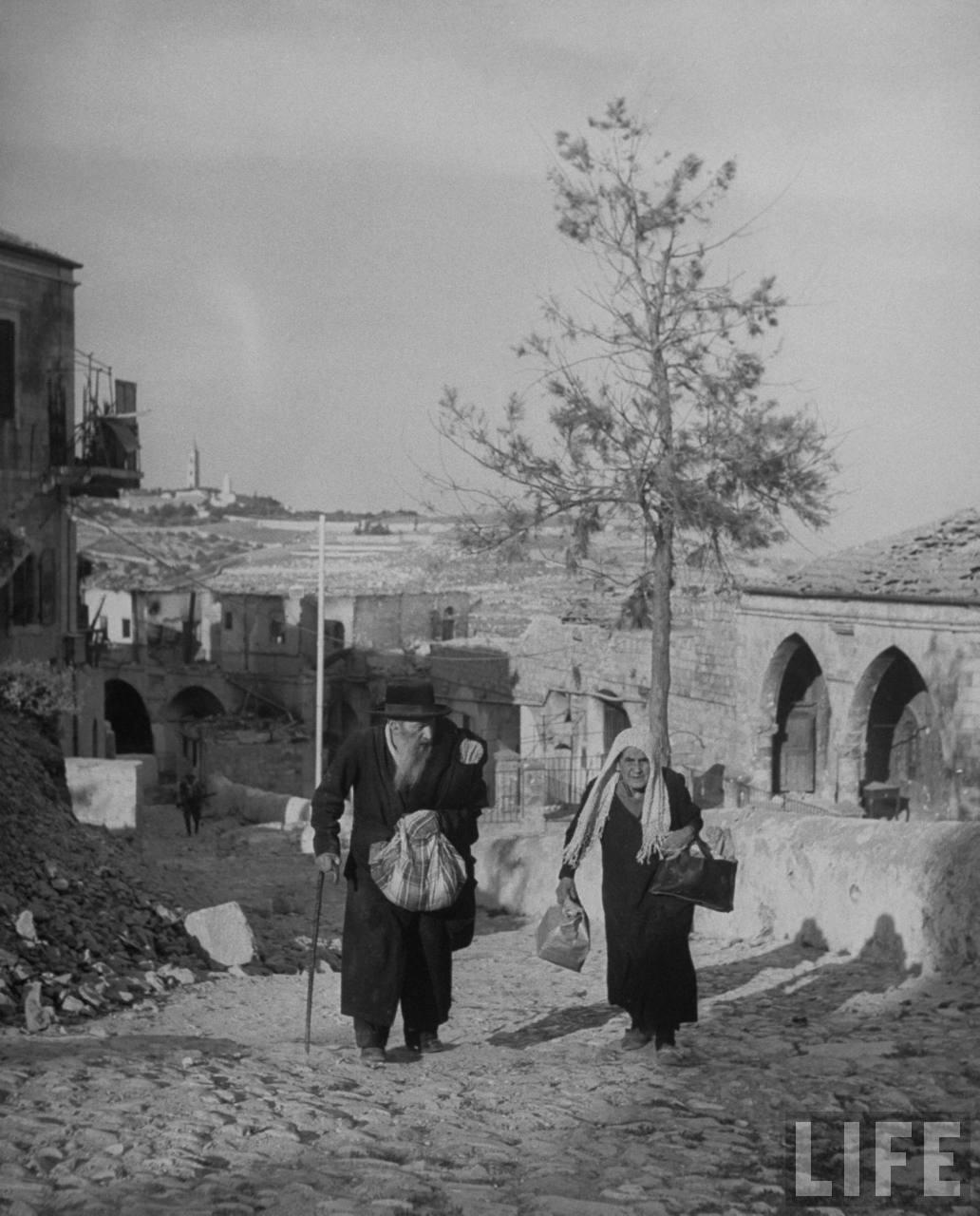 Пожилые евреи идут к Сионским воротам, покидая еврейский квартал Иерусалима. Июнь
