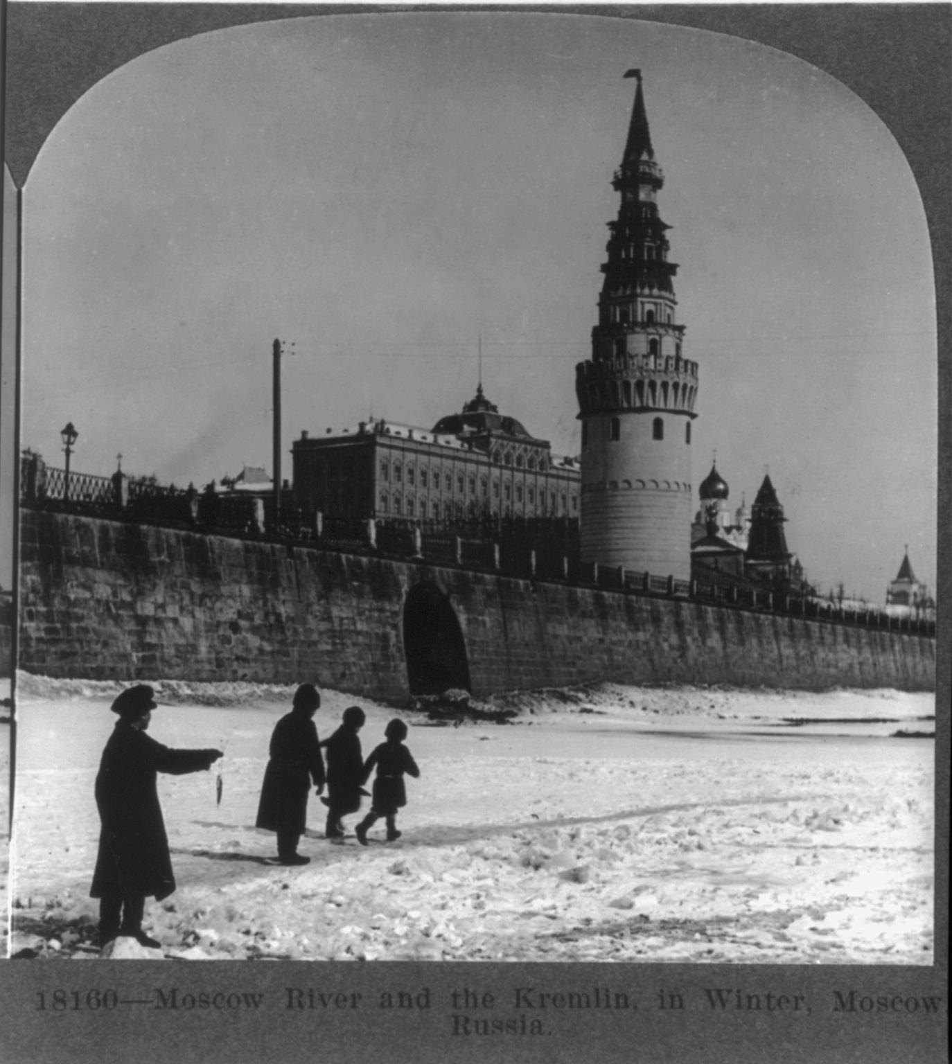 Зимний вид с Москвы реки на Кремль