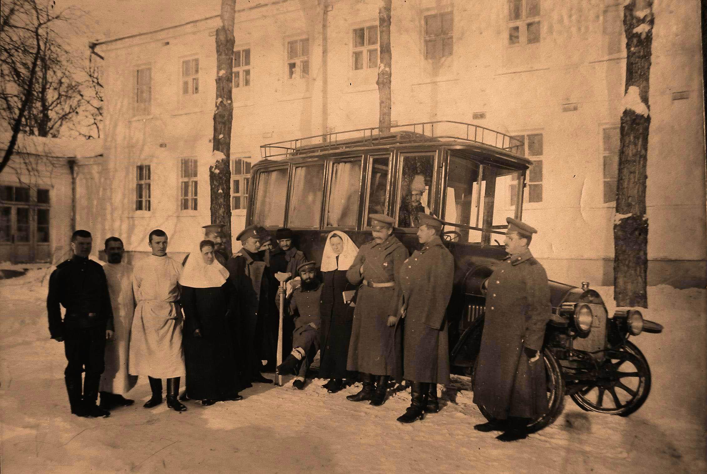 29. Группа медицинского персонала госпиталя у автомобиля перед отправкой раненых