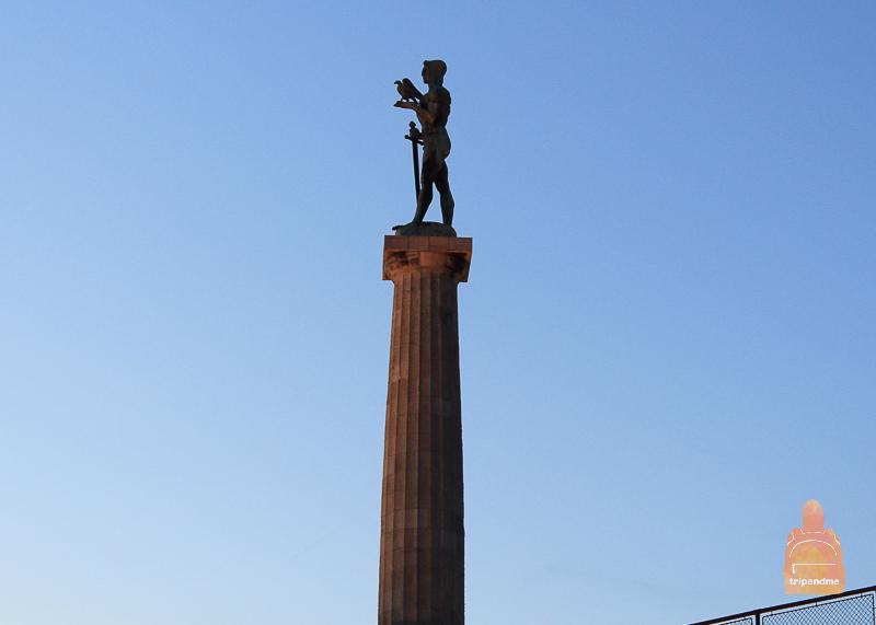 Памятник Победнику вблизи