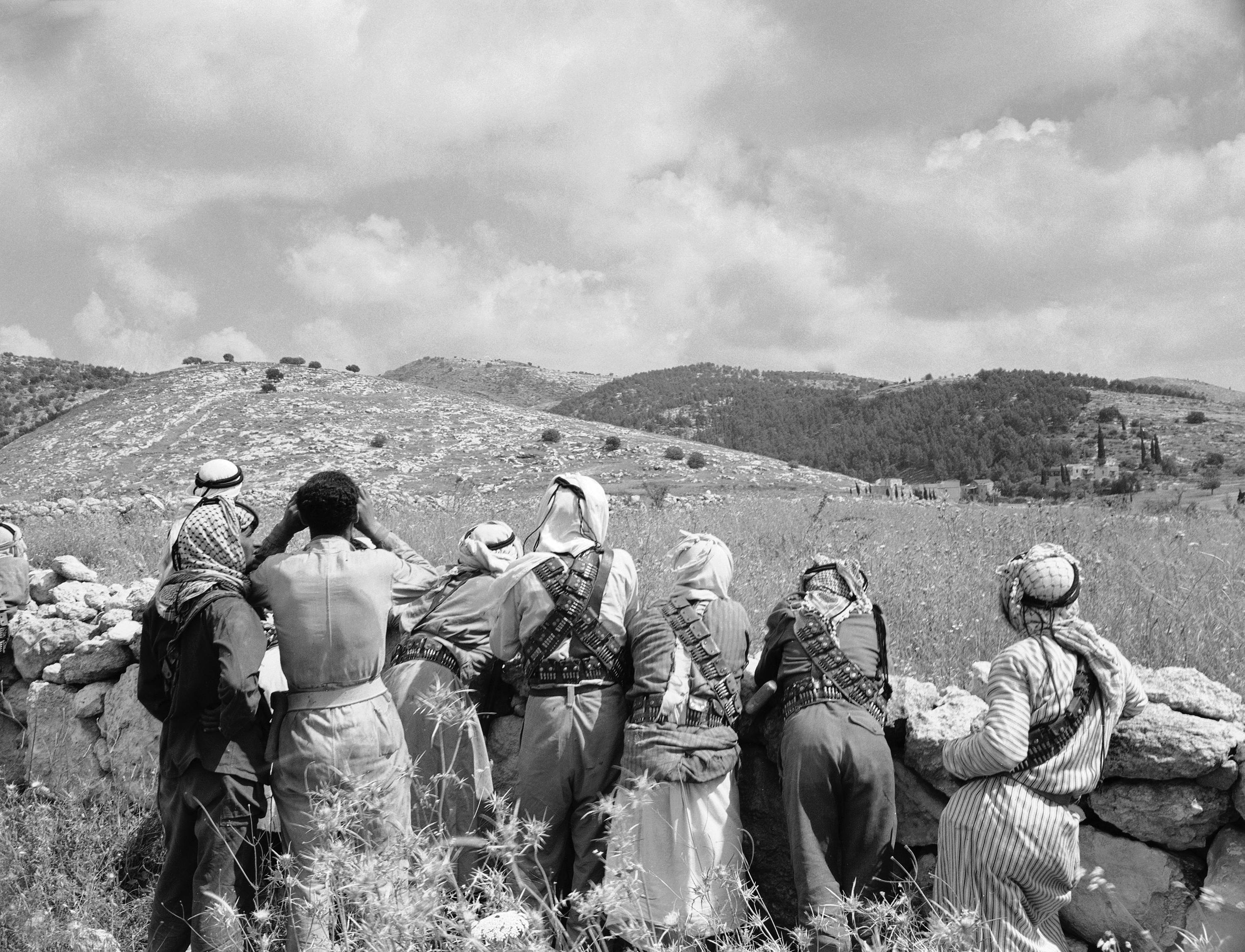 Арабские бойцы просматривают холмы в районе Баб Эль-Вад 10 мая 1948 года. Арабские и еврейские силы столкнулись в битве за контроль над трассом Тель-Авив-Иерусалим