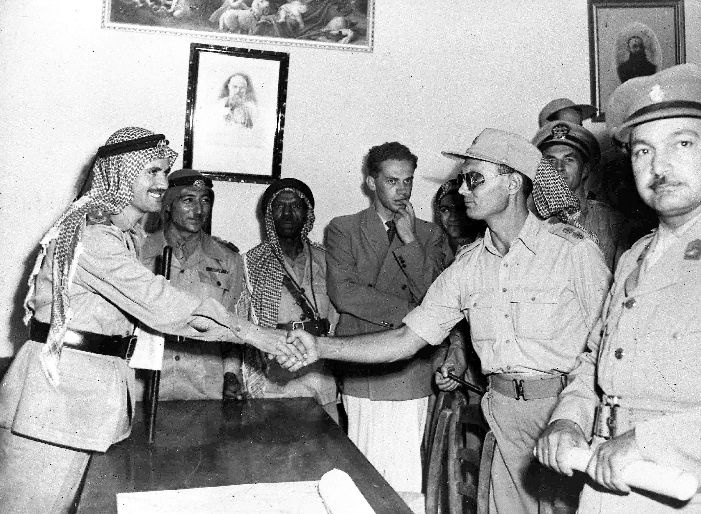 Полковник Моше Даян (справа) и командующий арабскими легионами Абдулла Бей-эль-Тел пожимают друг другу руки после конференции в монастыре 22 августа. Перед камерой - подполковник Ахмед Абд Азиз, командующий египетскими войсками в южной части Иерусалима