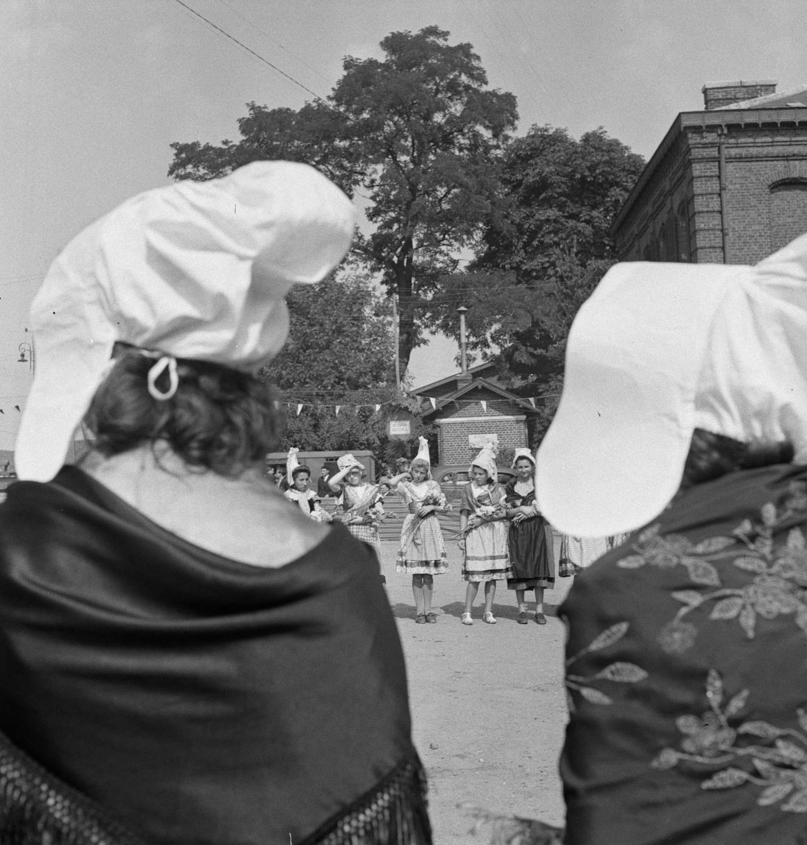 04. Юноши и девушки надели самые красивые национальные костюмы