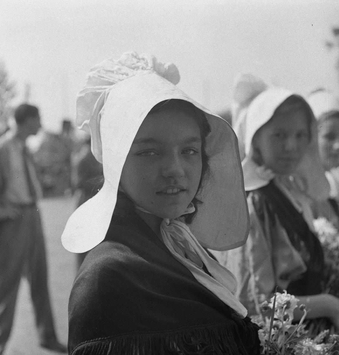 09. Некоторые девушки надели традиционные головные уборы прибрежной Нормандии