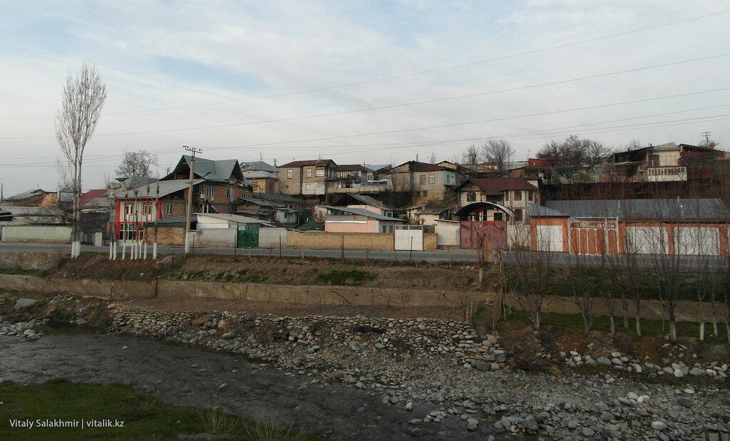 Частные дома вдоль Ак-Буры