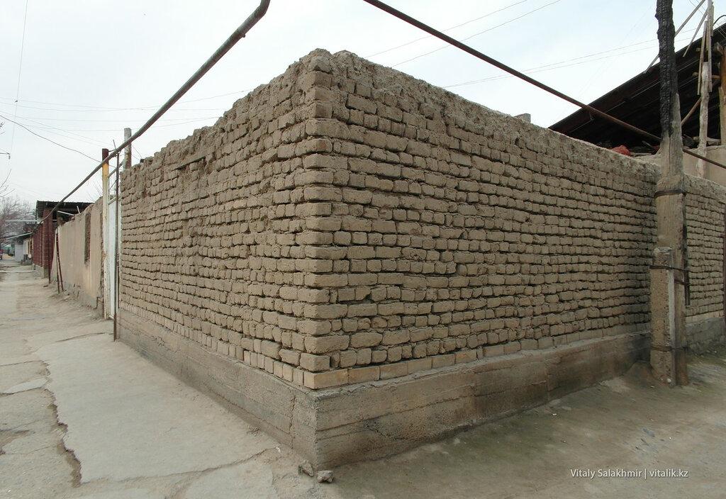 Кирпичная стена в Оше