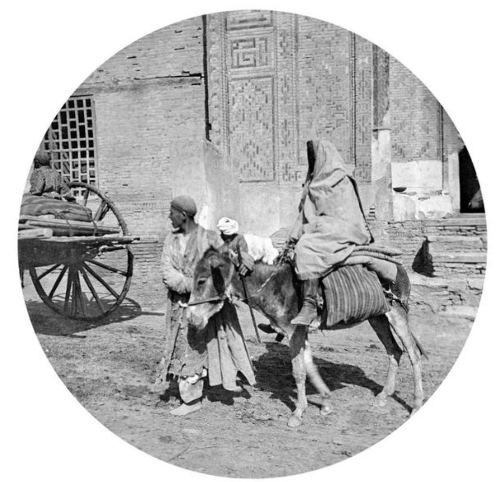 Некрополь Шахи Зинда. Семья возле главного входа