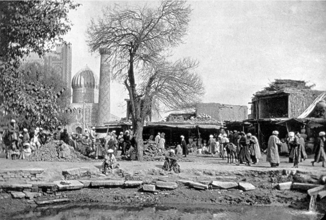 Уличная сцена рядом с медресе Шердор