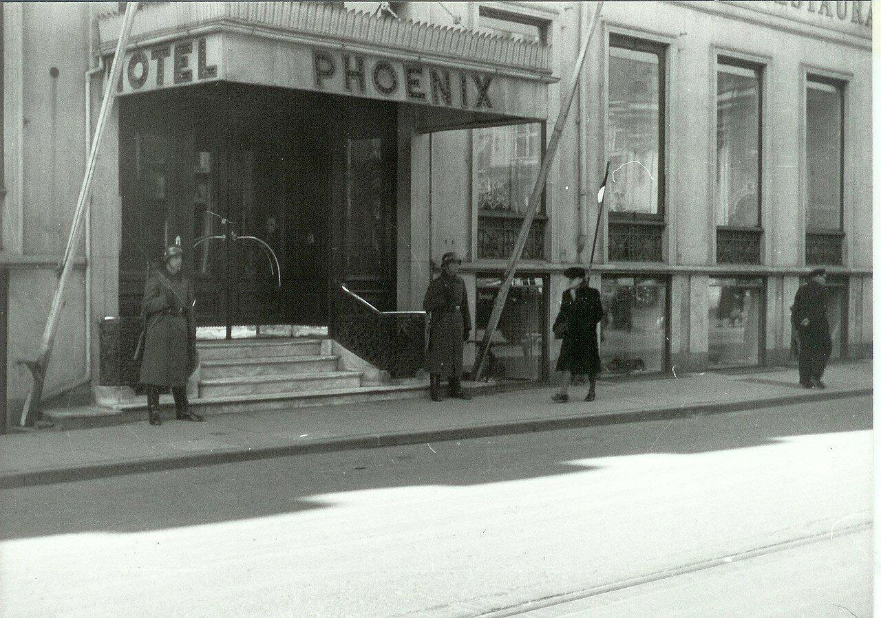 1940. Немецкие охранники у входа в отель Феникс в Бредгаде (штаб-квартира немецкой морской пехоты)
