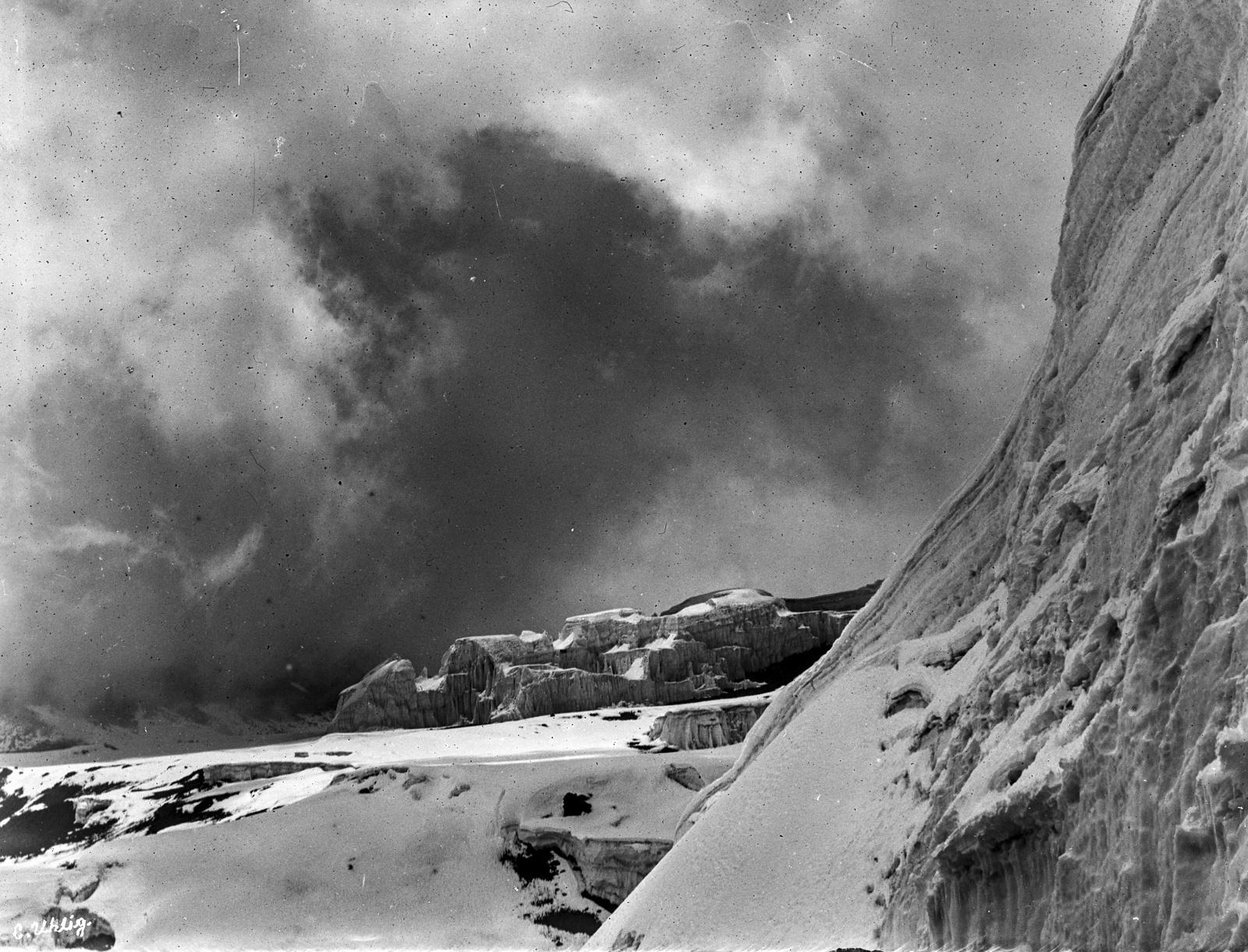 182. Ледяной купол в кратере Кибо