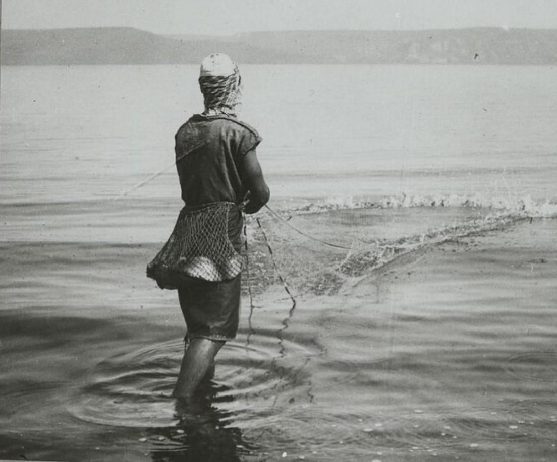 Рыбак тянет свою сеть