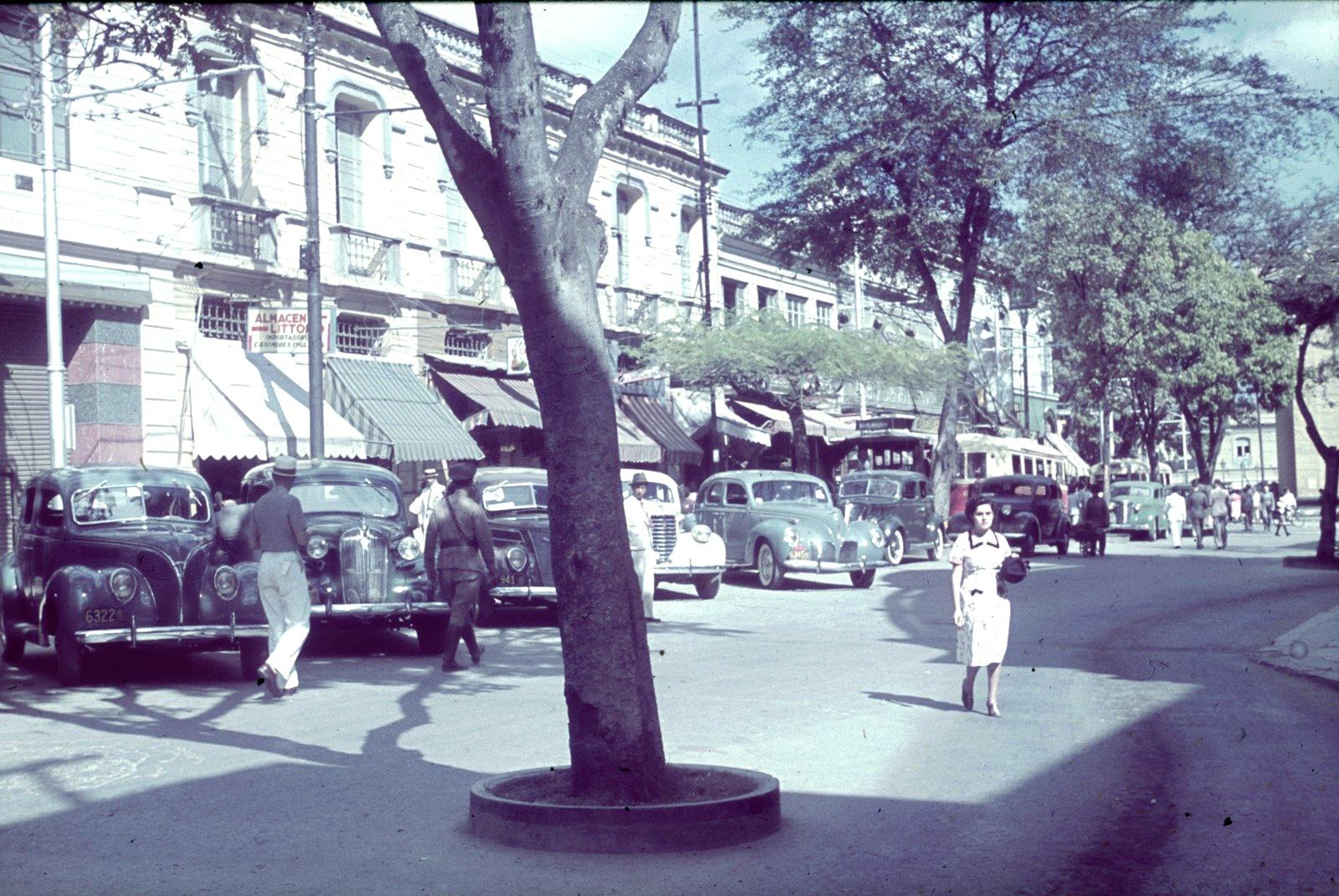 Уличная сцена с припаркованными автомобилями