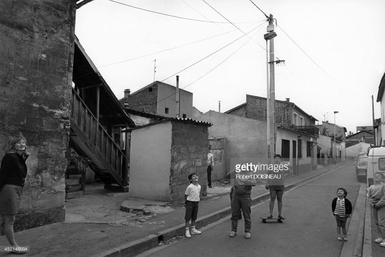 1987. Дети, играющие в проходе Гогена в Сен-Дени