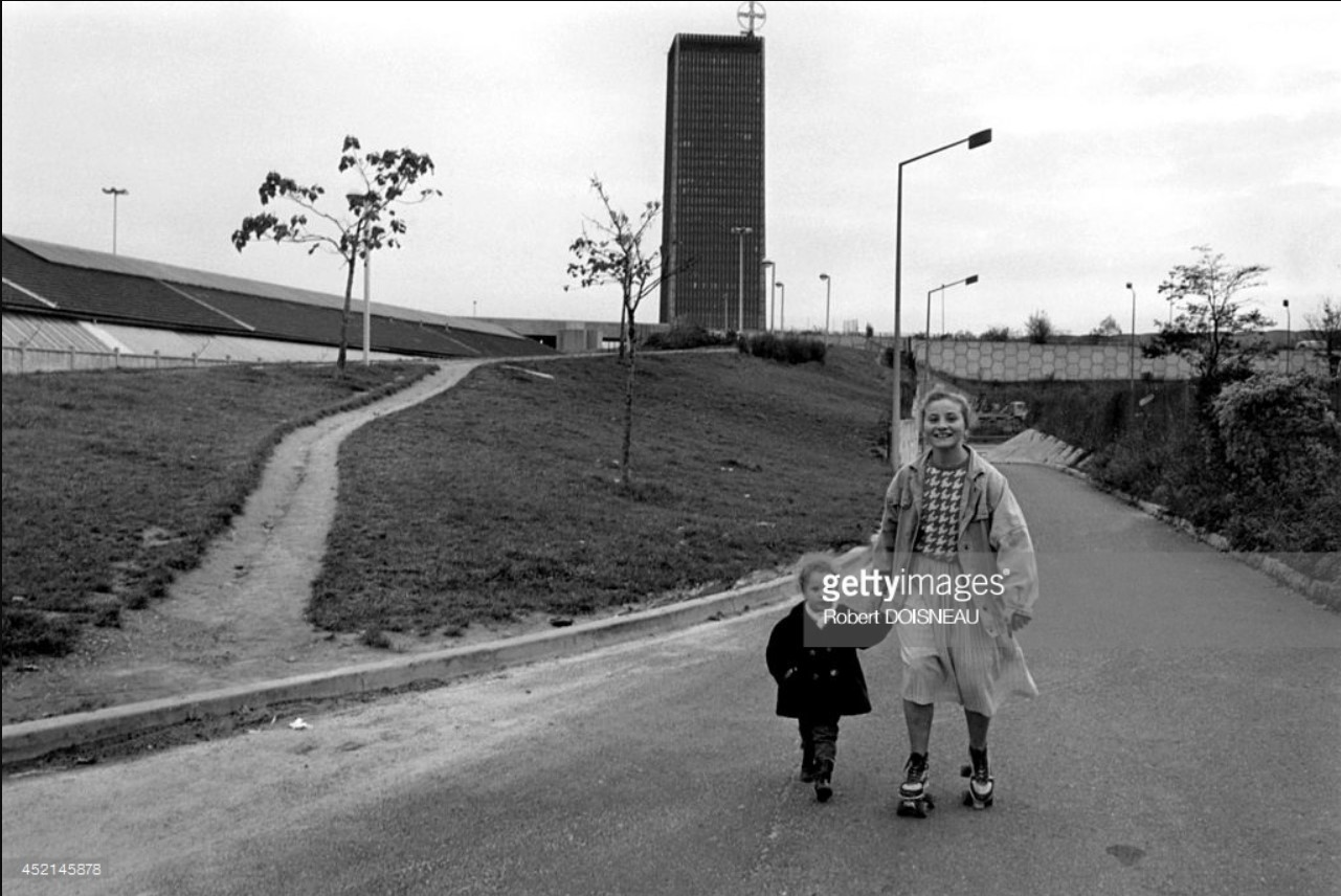 1987. Девочка на роликах с ребенком в Сен-Дени