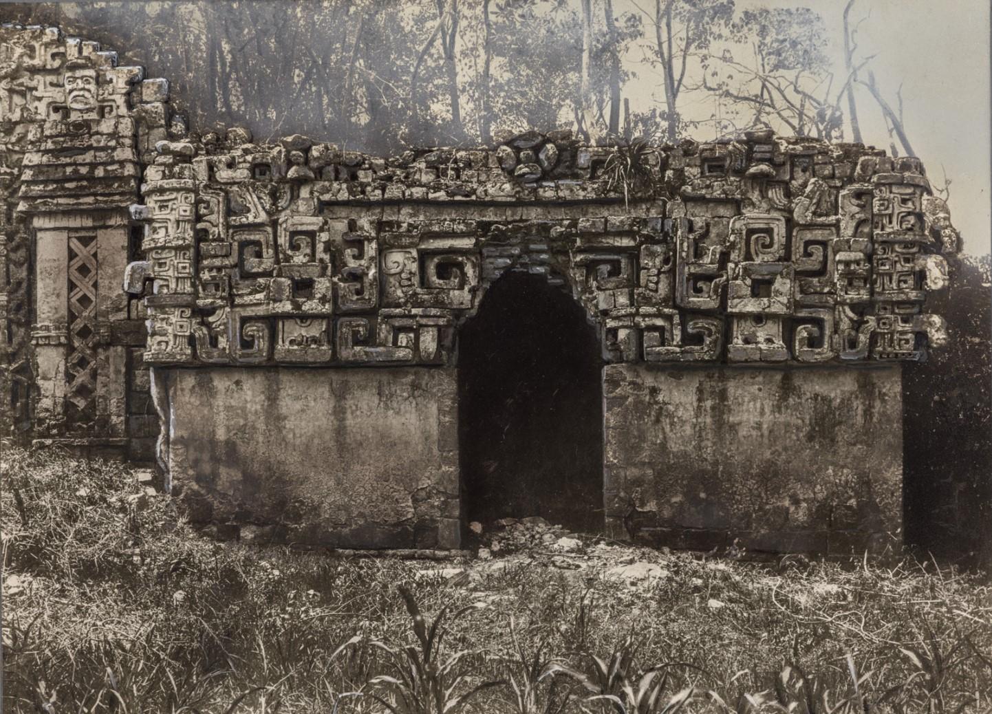 13. Здание II (главное здание) в руинах майя Хохоб