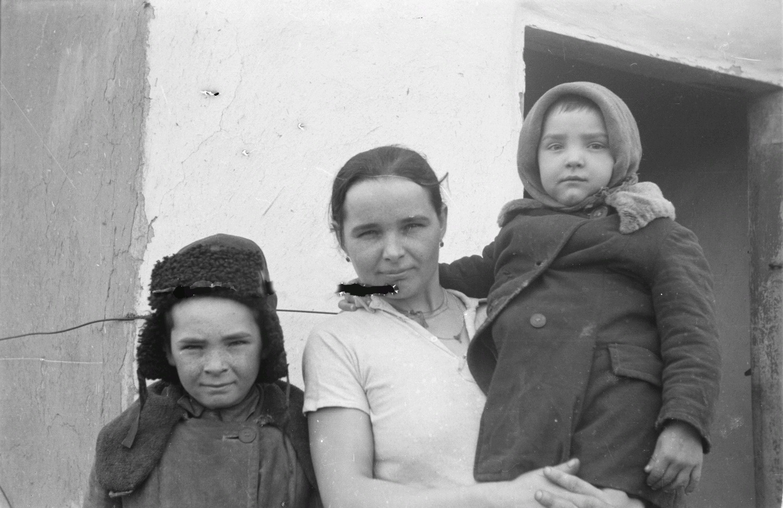 Женщина с маленькой девочкой и мальчиком