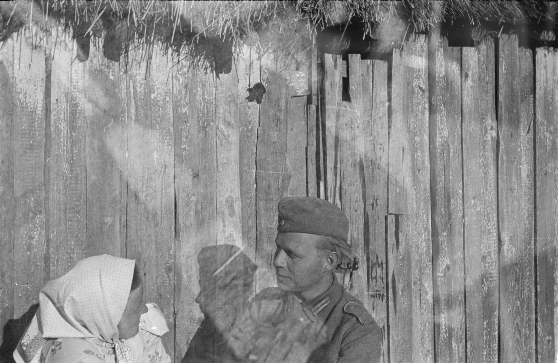 Франц Грассер беседует с жительницей деревни