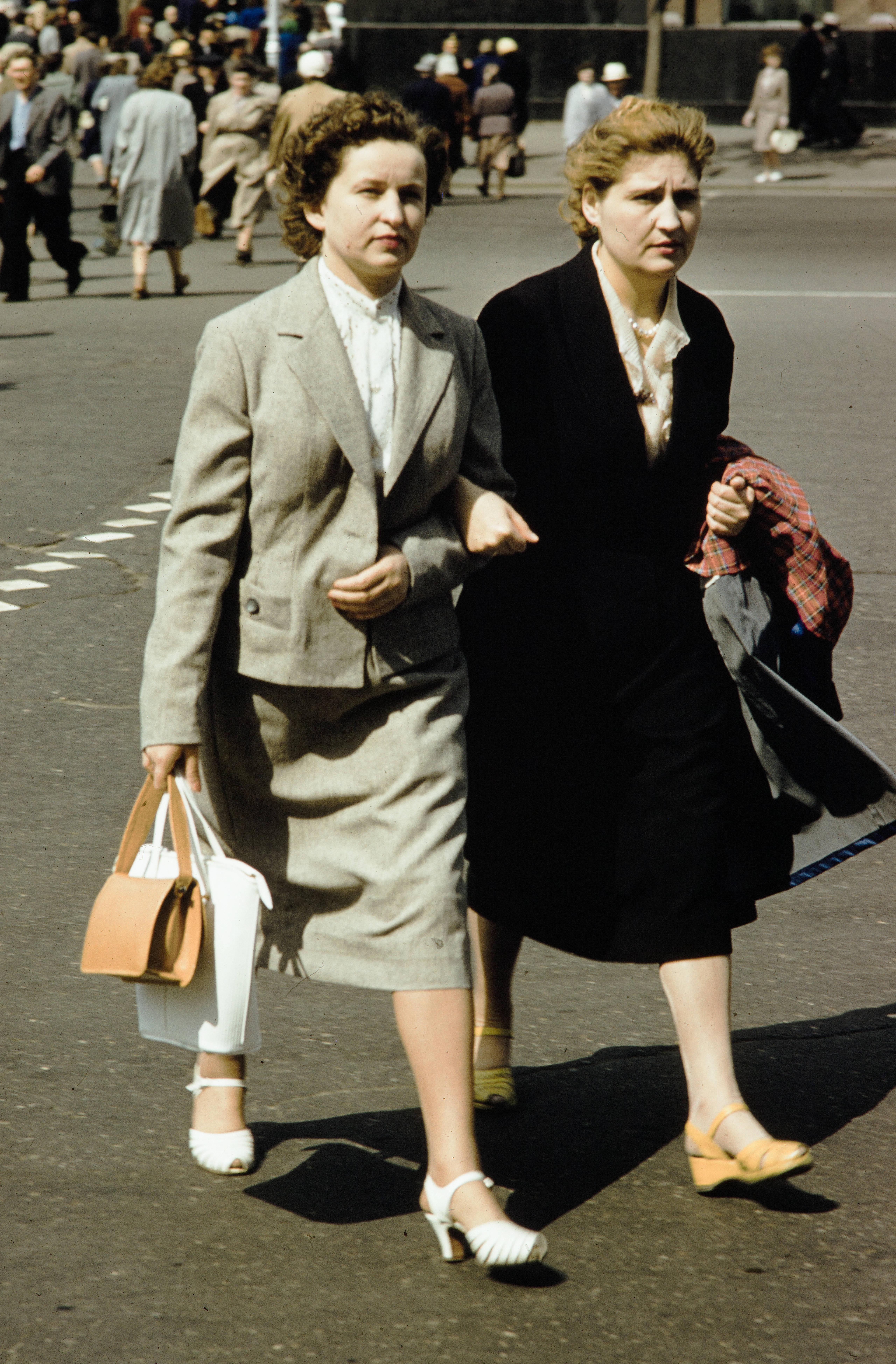 Две женщины на переходе