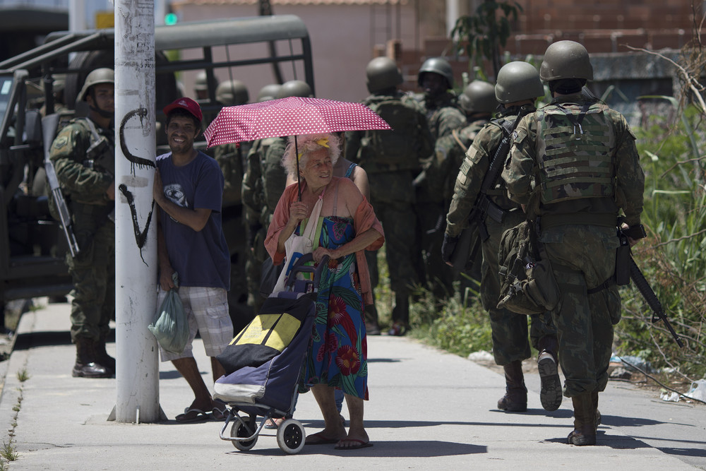 Военные наводят порядок в трущобе Рио-де-Жанейро