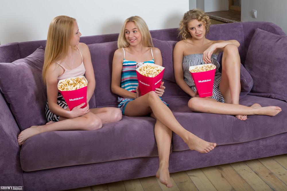 Три девицы утром ранним кушают попкорн на диване