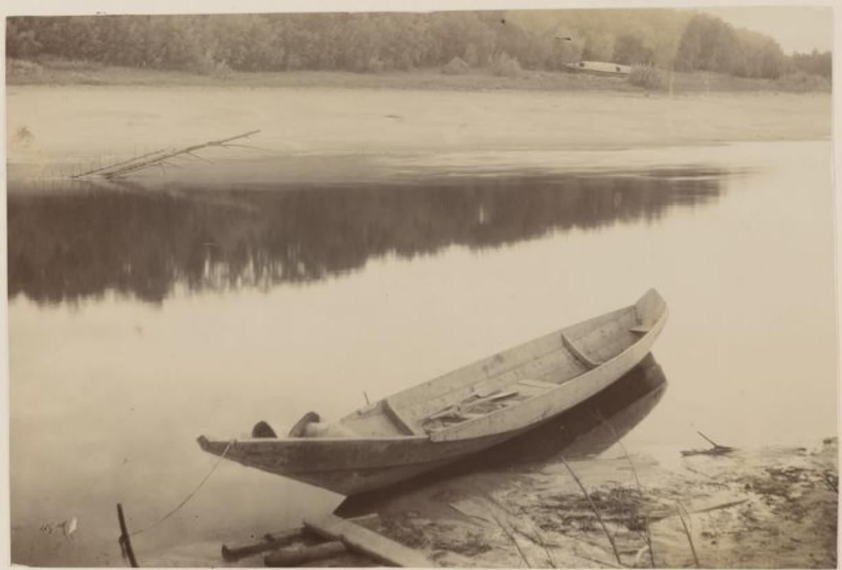 Лодка на берегу реки Васюган