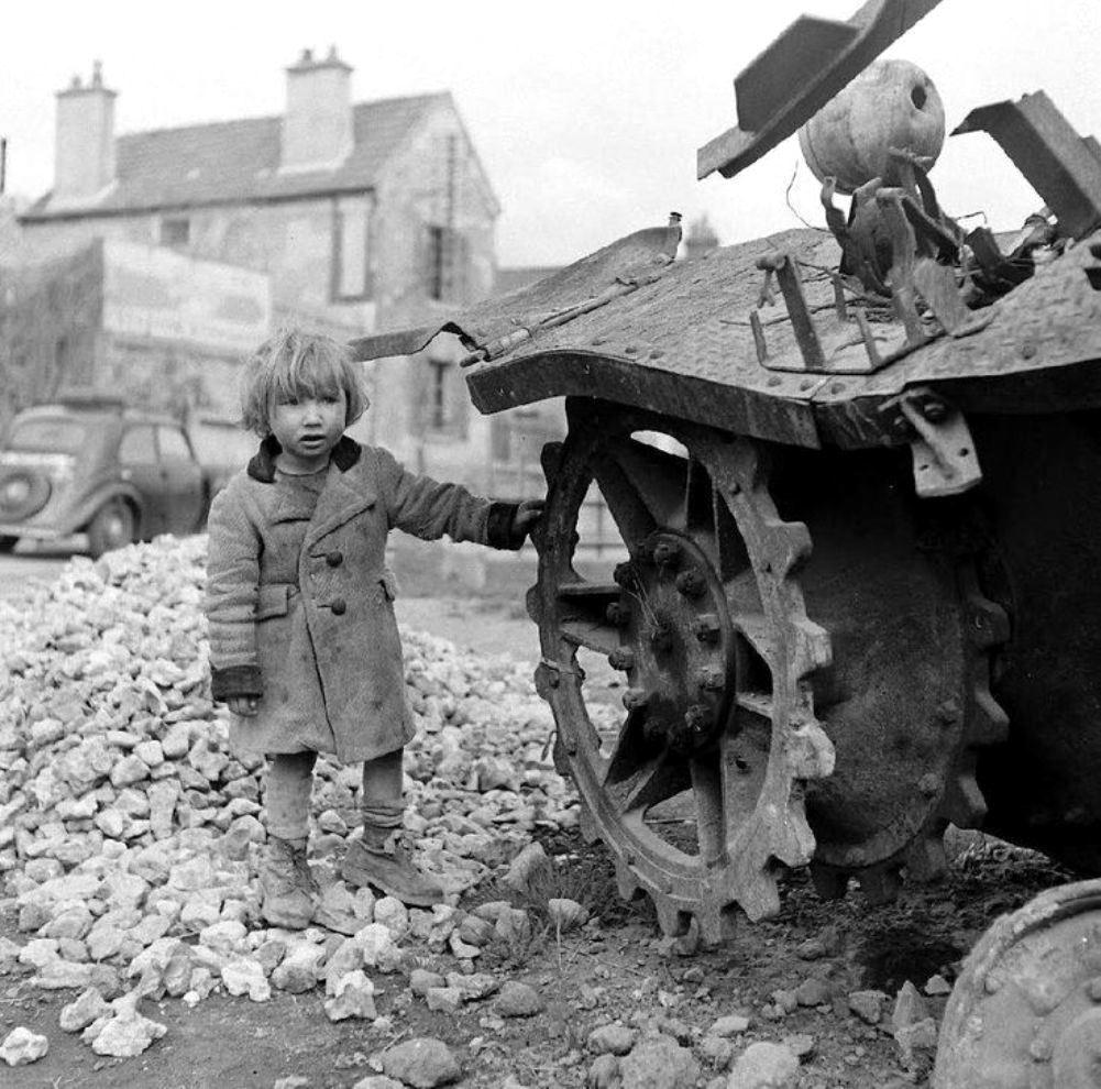 Девочка у подбитого танка Pz.Kpfw.IV. Франция.