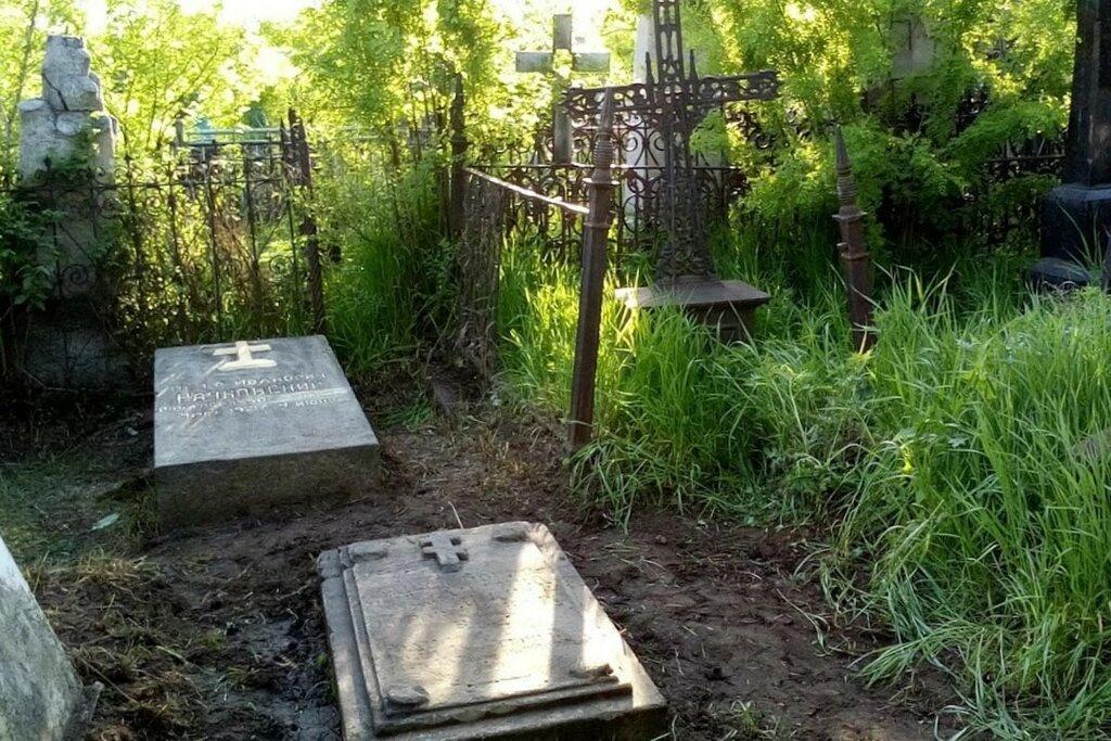 Могила Рачковского на Троицком кладбище.jpg